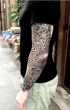 75 Tatuagens Geométricas Masculinas e Femininas - TopTatuagens Geometric Sleeve Tattoo, Geometric Tattoo Design, Arm Sleeve Tattoos, Geometric Mandala, Arm Tattoo, Tattoo Sketches, Tattoo Drawings, Body Art Tattoos, Cool Tattoos