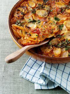Franskmændene er supergode til at lave gratiner af enhver art. Denne er en rigtig klassiker med smæk på løg- og hvidløgssmagen, og det er ovnen, der gør det meste af arbejdet, så den er ret enkel at tilberede. Spis den alene eller sammen med en sprød salat og et godt stykke oksekød. Ingredienser til 6