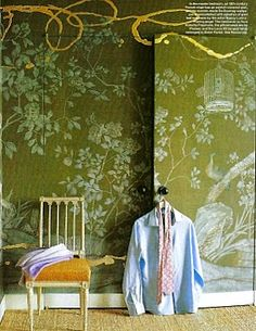 Decorator Jeffrey Bilhuber chose a hand-painted de Gournay wallpaper with a garden motif for the closet doors and walls of his Manhattan bedroom, and then commissioned artist Nancy Lorenz to add painterly flourishes in gold leaf on resin. Love the walls! Decor, Closet Designs, Elle Decor, Wallpaper, Interior, Wallpaper Door, Chinoiserie, De Gournay Wallpaper, Beautiful Bedrooms