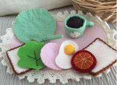 Für die Puppenküche: Essen aus Filz gebastelt mit Spitze verziert – Material von Lindobu: http://www.lindobu.com/spitzen-borten/spitzen/kloeppelspitze.html