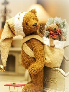 the christmas bear All Things Christmas, Christmas Time, Christmas Crafts, Merry Christmas, Christmas Decorations, Christmas Girls, Cute Bear, Cute Teddy Bears, Primitive Christmas