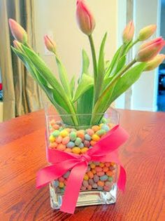 easter table centerpiece, plus it's tulips