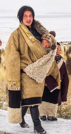 Tibetan Nomad People dad, རྒྱལ་སྤྱིའི་ཨ་ཕའི་ཉིན་མོ་བཀྲིས་བདེ་ལེཌ། Population Du Monde, Folk Costume, Costumes, Pretty People, Beautiful People, Costume Ethnique, Mode Outfits, Photos Du, World Cultures