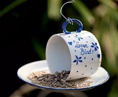 Quer passarinhos no jardim? Ofereça uma xícara de grãos e sementes para eles. Este comedouro diferente foi feito pela artista plástica Cláudia Regina, do ateliê La Calle Florida. O pires foi fixado com cola de porcelana