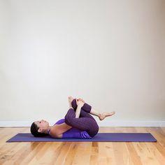 最後に、お尻の筋肉を緩めていきます。  ヒザを立て、右足のくるぶしあたりが左足の上にくるよう乗せます。両足が4の字になるようなイメージです。 足を引き寄せ、右腕を足の隙間から通し、両手で左足を抱え込みましょう。 痛みが強いときは、左のもも裏に手を置くと楽になります。  ゆっくり呼吸を続けて、お尻の筋肉が深いところからほぐれるまでしばらく待ちます。反対も同様に行いましょう。