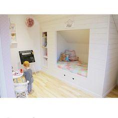 """""""Underbar inbyggd säng hos @josefinnyman #barnrumsinspo #kidsroom #kidsbed #diy #förvaring #snedtak #inspo"""""""