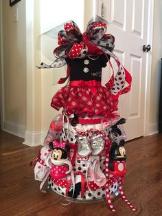 Diaper cake I made for a friends baby shower! LOVE!! #minnie #mouse #diapercake