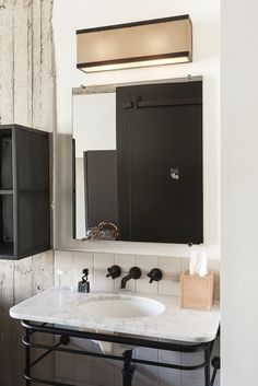 Industriellt badrum i gråskala på Ace Hotel där detaljerna är genomgående mattsvarta. Supersnygg inspiration att sno till ditt badrum tycker vi!
