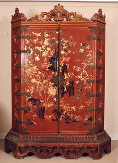 Pareja de armarios de laca china. S. XIX. Alto 2,49 m. Ancho 1,74 m. Fondo 0,85 m.
