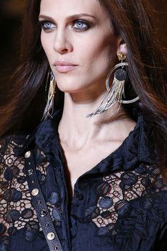 Les boucles d'oreilles frangées de Versace http://www.vogue.fr/joaillerie/tendance-des-podiums/diaporama/les-tendances-bijoux-de-la-fashion-week-printemps-ete-2013/10154/image/635185#les-boucles-d-039-oreilles-frangees-de-versace