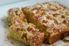 Kageministeriet giver jer en opskrift på rabarberkage med marcipan, appelsinsaft og sprøde mandelflager på toppen - sød og syrlig på samme tid.