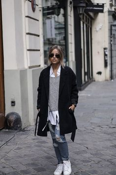 ripped jeans, a grey sweater, a white shirt, whit sneakers and a black coat Street Style Outfits, Looks Street Style, Mode Outfits, Looks Style, Chic Outfits, Fall Outfits, Look Fashion, Winter Fashion, Look 2018