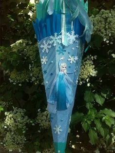 Hallo zusammen,     so...   hier jetzt die versprochene     Schritt für Schritt Anleitung     für eine   Eiskönigin Schultüte.          ...