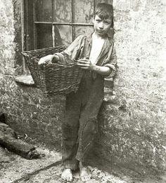 Chico de la calle con su cesta vieja que utiliza para llevar lo que encuentra para vender después.