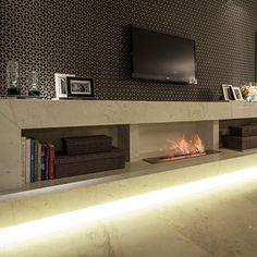 Lareira abaixo e tv em cima do móvel na sala. http://static.arkpad.com.br/media/products/667811/lareira_ecologica_a_alcool-a797c77_medium.jpg