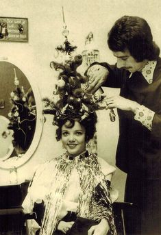 Vintage Christmas tree hair style complete with ornaments and lights. By Dutch hairstylist Frans Van Oers. Christmas Tree Hair, Christmas Tree Costume, Noel Christmas, Retro Christmas, Xmas Tree, Aussie Christmas, Christmas Themes, Christmas Cards, Funny Christmas Pictures