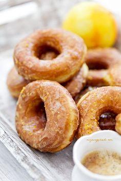 Oponki drożdżowe mocno pomarańczowe Sweet Desserts, Sweet Recipes, Cake Recipes, Dessert Recipes, Yeast Donuts, Polish Recipes, Polish Food, Food Cakes, Baked Goods