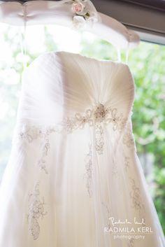 nice detail photography of wedding dress top with nice ornaments on a dress hanger by © radmila kerl wedding photography munich Detailaufnahme eines Hochzeitskleides auf einem Hochzeits-Kleiderbügel
