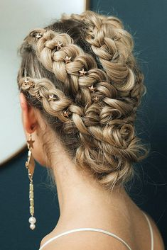 Updo hairstyles for brides look so pretty and graceful. Check out wedding updos with braids in our gallery and be inspired! Short Hair Styles Easy, Braids For Short Hair, Curly Hair Styles, Bride Hairstyles, Pretty Hairstyles, Easy Hairstyles, Hairstyles Videos, Updo Hairstyle, Beautiful Braids