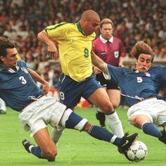 Ronaldo Luís Nazário de Lima intenta superar a Paolo Maldini y Fabio Cannavaro…