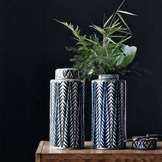 Matee urna från Lucie Kaas. Matee är en serie vaser och förvaringsburkar med en design där öst möter...