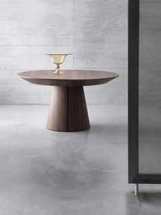Round extending table with aluminium runners. Table Furniture, Furniture Design, Expandable Dining Table, Round Dining Table, Home Office Design, Decoration, Dining Room, Indoor, Nice Things