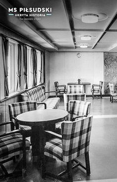 Ściany zostały pomalowane na szaro i połączone z narożami wykończonymi lakierowanym fornirem. Neutralny w barwie sufit doskonale współgrał z niebieskimi słupami, których kolor przeniesiono także na powierzchnię podłogi. Salon zdobiły proste, ale wygodne fotele i kanapy, obite kraciastą tkaniną w dwóch zestawach kolorystycznych: niebieskim i zielonym. Jedyną dekoracją salonu były obrazy Zygmunta Lipskiego, prezentujące mapę świata; fot. ze zbiorów prywatnych Janusza Ćwiklińskiego Merchant Marine, Poland, Postcards, Interior, Table, Furniture, Design, Home Decor, Boats