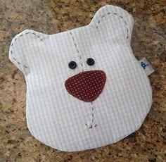Almofada tipo fronha para cólica de seu bebê. Vem com sementes para ser esquentada por segundos no microondas (Veja antes se a temperatura está de acordo para o bebê) e colocar na barrinha do bebê para aliviar a cólica. Sewing Toys, Ideas Para, Hello Kitty, Pillows, Baby, Character, Diy And Crafts, Therapeutic Pillows, Sew Baby