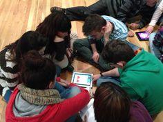 Ciclo Formativo de Animación Sociocultural (Trinitarias). Alumnos en equipos realizando la actividad de creación artistica y literaria con iPad.