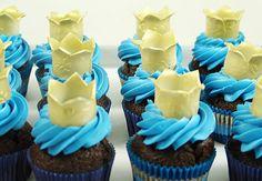Cupcakes with fondant crowns Fondant Crown, Crown Cupcakes, Fondant Cupcakes, Custom Birthday Cakes, Custom Cakes, Queen Cakes, Dessert Table, Crowns, Girl Birthday