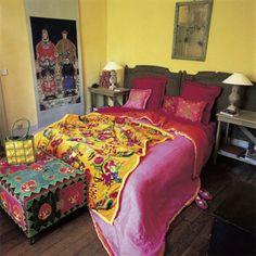 Une chambre en couleurs entre meubles raffinés et tissus kitch
