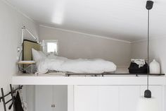 På sovloftet sover man skönt på en ekologisk traditionell futon madrass med Tatami gavel från Instylehouse.se, sängbord LTR Occasional table från Vitra, lampa på arm Tolomeo från Artsmide. Foto: Sara Medina Lind
