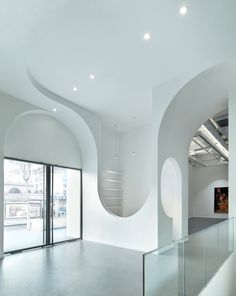 Vienna and Beijing firm Penda refurbished the Hongkun Art Gallery and Art Arcadion, creating a sequence of arches creates topsy-turvy openings and curvy doorways through the spaces. Interior Architecture, Interior And Exterior, Interior Design, Galerie D'art, Contemporary Abstract Art, Fine Art Gallery, Space Gallery, Retail Design, Art Decor