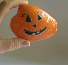Pumpkin face sea shell art! totally has my name written all over it! =)