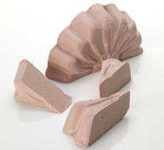 FRAICHE FARMACY: Nettoyant solide pour peaux à problèmes à la camomille et à l'arbre à thé. Si votre visage devient rouge et boutonneux ou qu'il vous fait parfois souffrir, vous avez besoin de Fraîche Farmacy pour l'apaiser. Si vous souffrez davantage, achetez-en un gros morceau et utilisez-le sur tout votre corps. La calamine, la camomille, la lavande et la fleur de sureau sont de magnifiques ingrédients naturels anti-rougeurs qui aident à soigner votre peau.