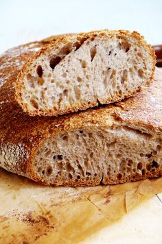 Вот он - некисый хлеб на закваске идеального аромата и вкуса, для меня он оказался настоящим чудом! Это хлеб на половину состоит из домашней пшеничной цельнозерновой муки, на половину из обычной белой, в нем нет масла, сахара и каких-либо добавок, есть только необходимый минимум: мука, вода, соль, закваска.