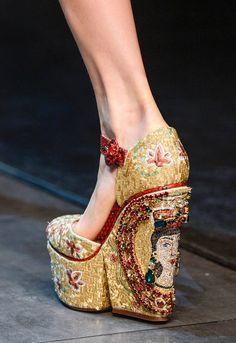 BYZANTINE EXTRAVAGANCE FOR DOLCE & GABBANA FALL 2013  http://pilarrossiblog.wordpress.com/2013/02/28/milan-fashion-week-fall-2013-dolce-gabbana/