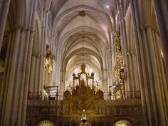 El interior presenta estilos de Mudejar y barroco. The inside consists of the main high up altar and vaulted ceiling. The amazing cathedral has styles of architecture from all different time periods. The priest that leads it is Archbishop Braulio Rodríguez Plaza.