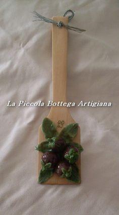Mestolo in legno cm 27 decorato con melanzane in pasta di mais