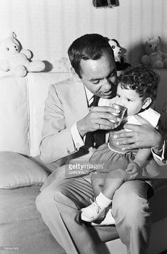Rendezvous With King Hassan Ii Morocco And Daughter Princess Lalla Meryem. Au début des années 60, dans une chambre, le roi HASSAN II DU MAROC jouant avec sa fille la Princesse Lalla Meryem sur ses genoux.