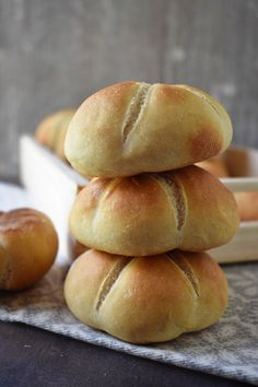 Máslové raženky (kaiserky) – PEKÁRNOMÁNIE Home Baking, Bread Rolls, Bread Baking, Pain, Bread Recipes, Food And Drink, Cooking, Hamburger, Savory Snacks