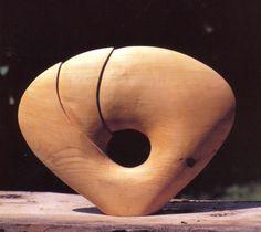 NTR Thuis beelden maken in hout - nede: beelden hout: rond abstract beeld met gat van hout