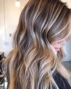 35 Balayage Hair Color Ideas for Brunettes in The French hair coloring technique: Balayage. These 35 balayage hair color ideas for brunettes in 2019 allow to achieve a more natural and modern eff. Black Hair Dye, Brown Blonde Hair, Light Brown Hair, Dark Brown, Blonde Honey, Honey Brown, Light Hair, Ombre Hair Color, Hair Color Balayage