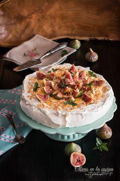 Pavlova con higos y crema de limón Pavlova, Camembert Cheese, Cupcakes Fondant, Goodies, Sweets, Cheesecakes, Desserts, Food, Dessert Recipes