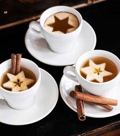 Glöggen blir festligare när den serveras i kaffekoppar. Ovanpå flyter äppelbitar, som stansats ut med hjälp av pepparkaksformar | Hus & Hem via Bettina Holst