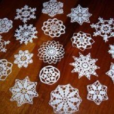 Vánoční – 4. stránka – NÁVODY NA HÁČKOVÁNÍ Crochet Snowflakes, Christmas Snowflakes, Christmas 2017, Christmas Tree Ornaments, Christmas Decorations, Crochet Designs, Crochet Patterns, Animal Print Rug, Origami