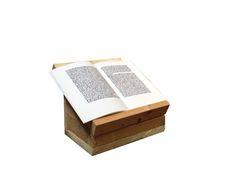 Lese, bzw. Schreibpult: Nach einer Abbildung aus Würzburg von 1260 ( die-spiessbuerger.de/Seiten/pult2/pult2.html ) auch meine Rekonstuktion besitzt eine Kisten-Funktion. Da ich keine weiteren Belege für bewegliche Schreibpulte vor dem 15ten kenne, ist die rekonstruktion fraglich. Das Buch ist eine Faksimilie eines Groschen-Romans aus dem 15.jh und wird nicht für die Darstellung benutzt.