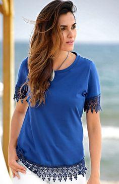 Sattes Blau und edle Häkelspitze – Mit dem Shirt von Paola ziehen Sie alle Blicke auf sich. #Mode #Häkelshirt #Spitzenshirt #Royalblau