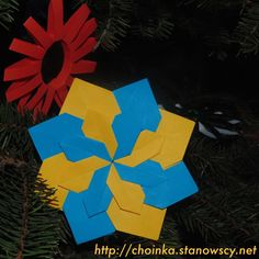 Gwiazdka ukraińskie origami - Zabawki z naszej choinki Kolejna papierowa gwiazdka wykonana przez Olgę w technice origami. Pierwsza była bardzo ukraińska choć oczywiście można eksperymentować z różnymi kolorami papieru.