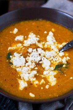Karottensuppe mit Feta. SUPER lecker und nur 6 Zutaten. Unbedingt probieren - http://Kochkarussell.com